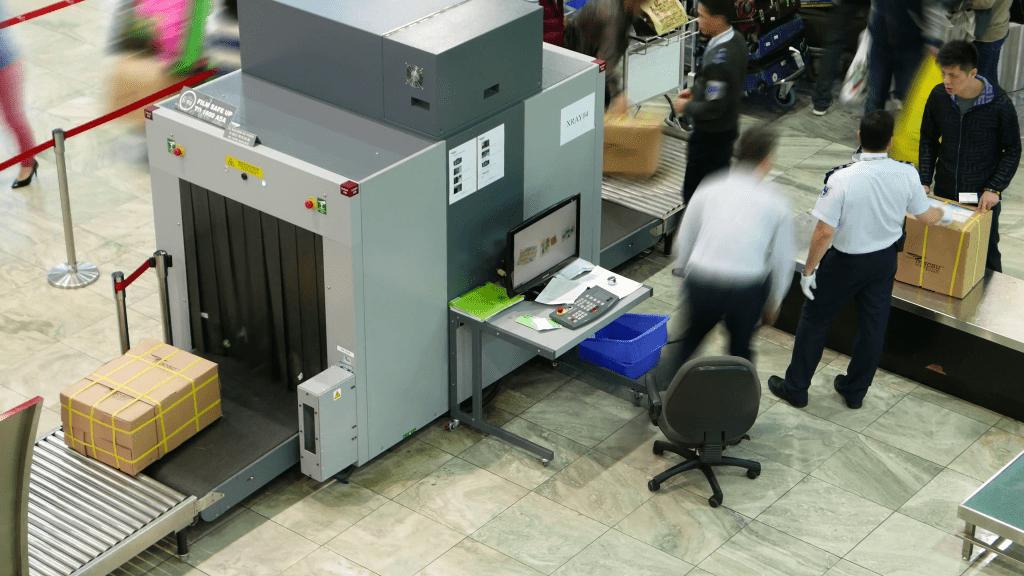 Metal detector gate بوابات كشف المعادن الأمنية